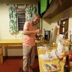 Ricardo preparando caipirinha