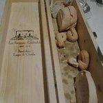 La scatola originariamente contenitore del vino , riutilizzata per il pane