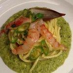 troccoli saltati allo scalogno su crema di broccoli e gambero rosso di Sicilia