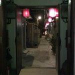 門口是小小的巷弄