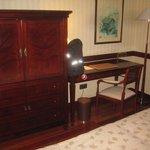 Skrivbord med TVskåp