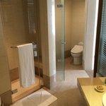 トイレは二カ所、バスタブとシャワールームも別で快適です。