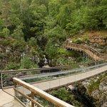 Hängebrücke über den Fluss