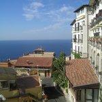 Blick vom Balkon runter zum Meer