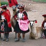 Vendedoras junto às ruinas perto de Cuzco