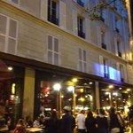 Rua Roquete, duas quadras do hotel