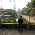 Cerca a la entrada principal, con los lagos, el templo y la pagoda al fondo.
