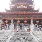 Vista del templo desde su acceso.