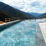 piscina esterna con pietra naturale