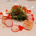 seaweed salad and grill scallop with sesame vinaigrette