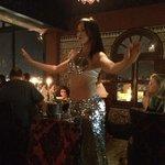Danza del vientre entre las mesas