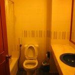 Bad mit Wanne/Dusche und WC