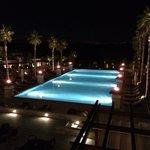 Pool bei Nacht mit Fackeln beleuchtet, ein Traum