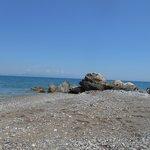 la plage a environ 300m du vallian hotel