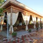 中庭のレストラン