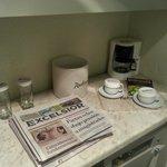 Prensa diaria y cafe en la habitacion