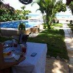 Café da manhã a beira da piscina