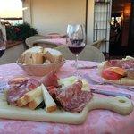 Degustação de queijos, frios e vinhos