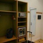В шкафу для одежды открытое пространство