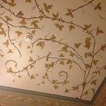 Расписанный высокий потолок