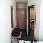 Sehr schmales Zimmer aber ausreichend.