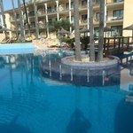 piscina y plataforma sumergida para tomar el sol