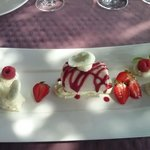 Vacherin glacé à la vanille de Madagascar,  Sorbet fraise Mara des bois,  Une chantilly au cho