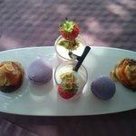 Amuses bouches sucrés - tartelette abricot - macaron aux framboises - verrine type smoothie f