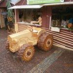 Даже трактор вырезали из дерева