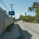 Rua do hotel, no final é a praia