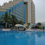 Vista del hotel y su piscina