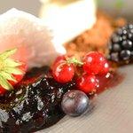 Chessecake à la faisselle de la ferme du Petit-Changeons, fruits rouges et fleur de sureau