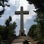 Ο σταυρος που φαινεται απο πολλες περιοχες της Ροδου
