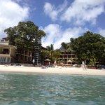 άποψη του ξενοδοχείου μέσα από τη θάλασσα