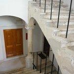 1階のお店を抜けて階段でアパートの入口まであがります