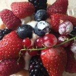 Песочная корзиночка с кремом шантильи и свежими ягодами