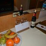 За многократное посещение отеля сразу подарок в номер - фрукты и вино :-)