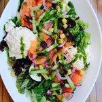 Salade met overvloed aan gerookte zalm en kreeftensalade. Prachtige smaken.