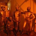 Скульптурная группа команды Хейердала работы российского скульптора.