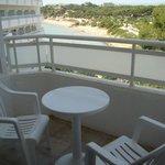 balcon avec vue de la plage et pinède