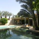 La Villa et sa piscine entourée de bassins