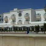 batiment face mer avec restaurant sur promenade
