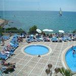 piscine vue intérieur de l'hôtel