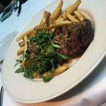 Steak com batatas ao molho marinara