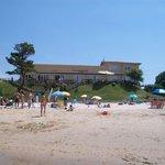 Fachada del hotel, desde la playa