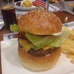 Fantastisk god og stor hamburger servert med nydelige French Fries