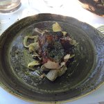 carré de cochon ibérique confit et laqué, artichauts, fenouil, panais, olives et champignons, ju