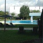 het zwembad, gezien vanuit het conferentiegedeelte van het hotel.