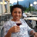 Tomando um vinho na varanda do hotel.