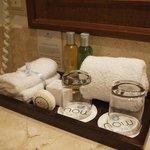 bandeja com toalhas, shampoo e copos